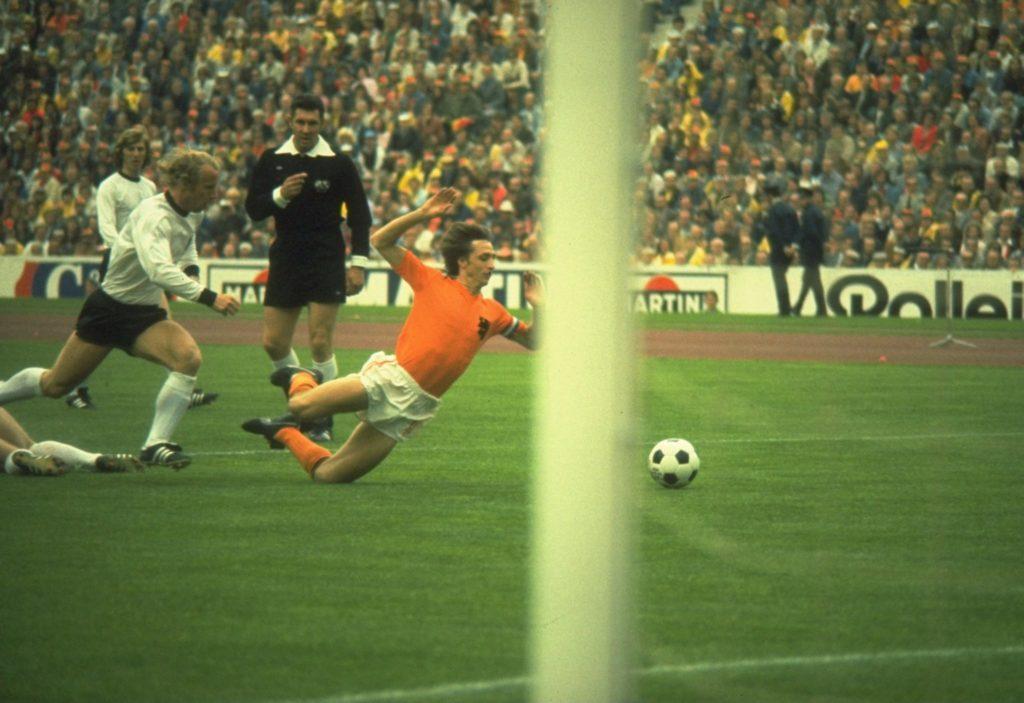 Elfmeter für die Niederlande in der ersten Spielminute.