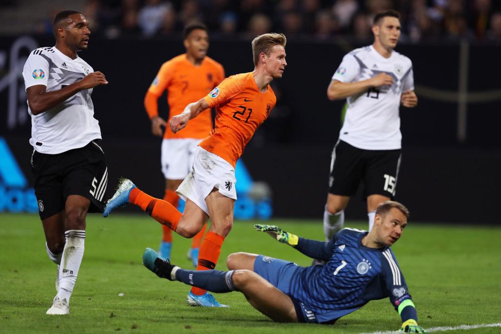 Frenkie de Jong ist schneller als Jonathan Tah und erzielt vorbei an Manuel Neuer das 1:1 für die Niederlande gegen Deutschland in Hamburg (2:4).