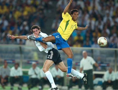 Ronaldinho mit Brasilien im WM-Finale 2002 gegen Deutschland und Christoph Metzelder in Yokohama