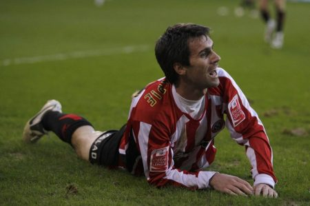 Keith Gillespie (Sheffield United) am Boden.