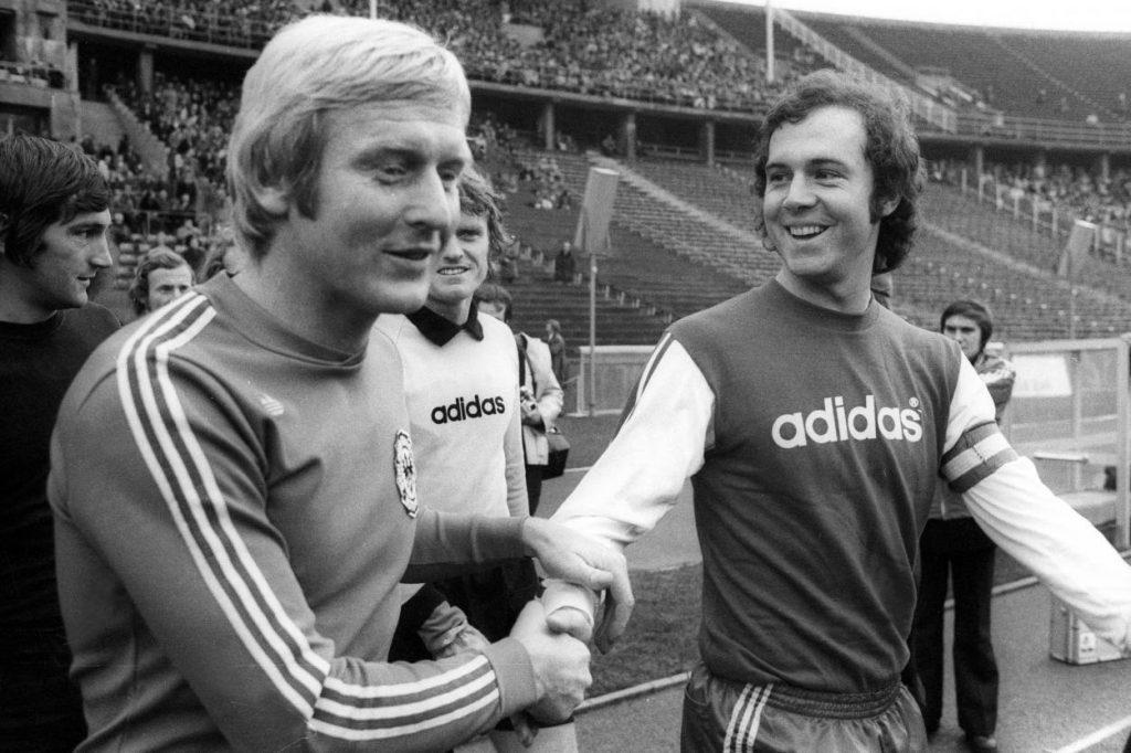 """Wirklich ,,Verräter"""", nur weil sie ins Ausland gewechselt sind? Karl-Heinz Schnellinger (l.), hier bei Tennis Borussia Berlin, und Franz Beckenbauer, noch in Diensten von Bayern München."""