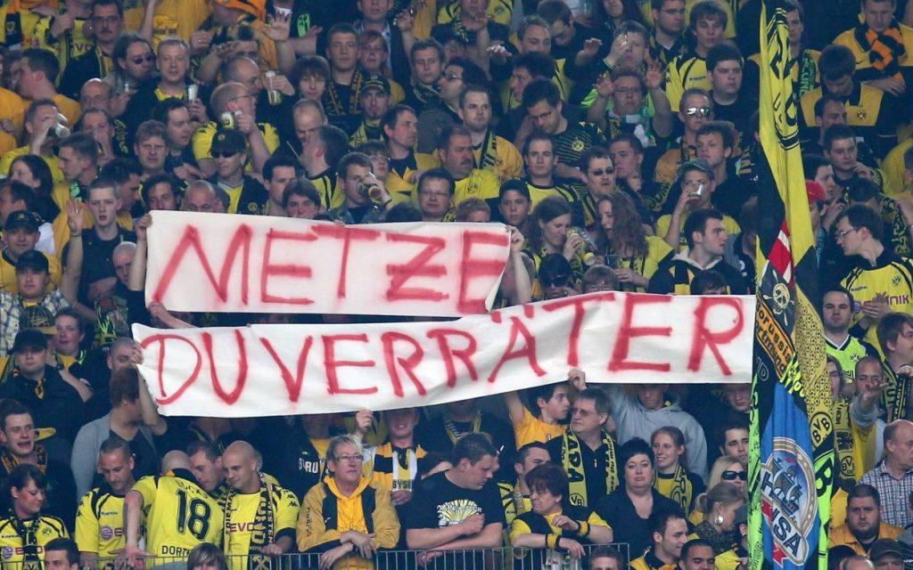 Die Fans von Borussia Dortmund haben 2010 eine klare Meinung zum Neu-Schalker Christoph Metzelder.